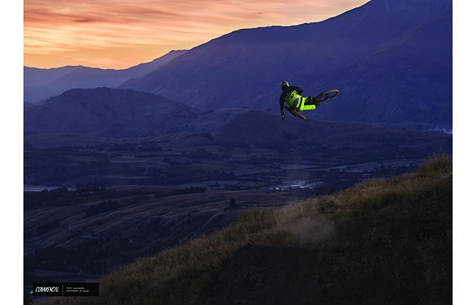 FOTO ALTA CALIDAD : LOUIS HAMILTON - FLYING HIGH ABOVE NZ